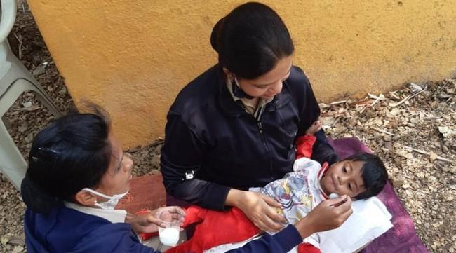 """Giữa cơn """"đại hồng thủy"""" nhấn chìm Ấn Độ: Bé trai 18 tháng tuổi bị bỏ đói bên thi thể mẹ, mùi thối nồng nặc bốc lên mới được phát hiện và sự thật gây phẫn nộ phía sau - Ảnh 1."""