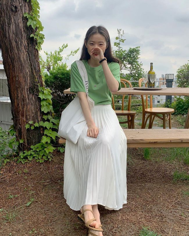 Diện chân váy dài đẹp xinh hết cỡ nhờ áp dụng 12 cách mix của gái Hàn - Ảnh 9.