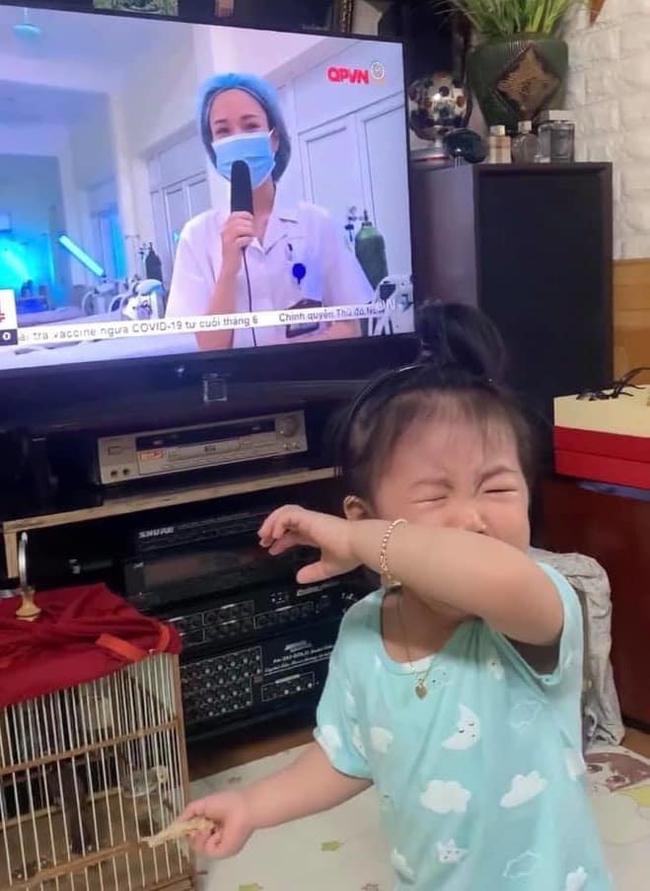 Bé Kem, con chị Hạnh khóc nức nở khi thấy mẹ trên tivi.