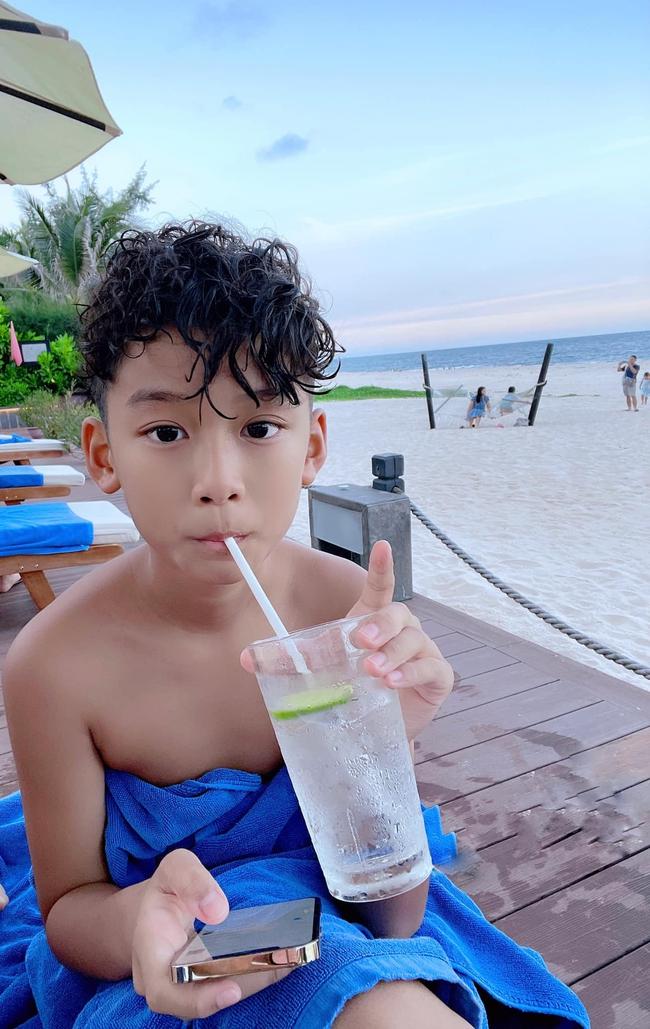 """Con trai Lệ Quyên đẹp cỡ nào mà khiến Hoa hậu Mai Phương Thúy phải xuýt xoa khen """"soái ca""""? - Ảnh 1."""