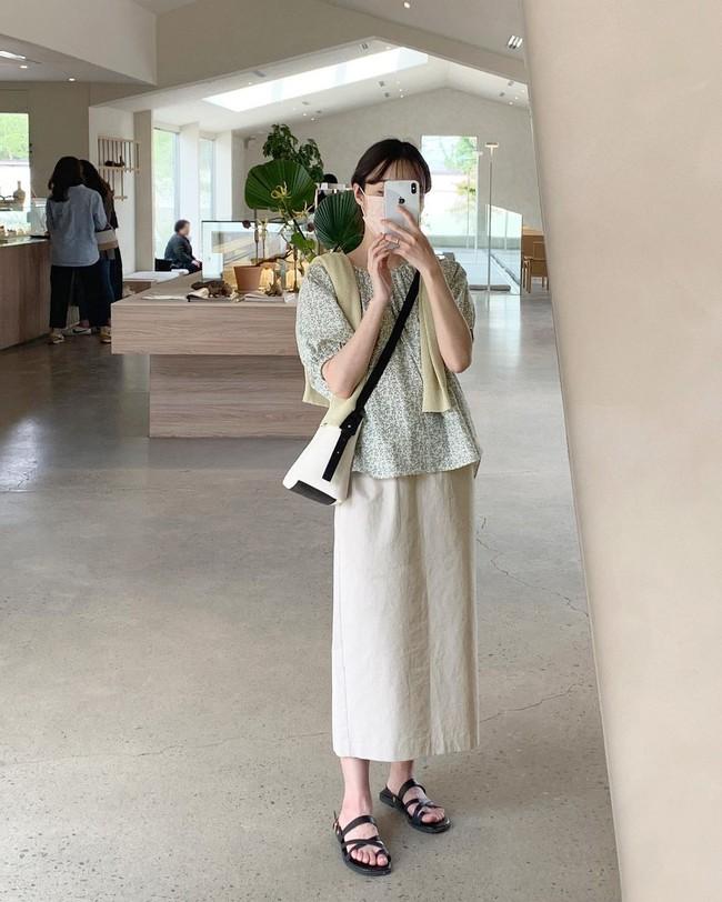 Diện chân váy dài đẹp xinh hết cỡ nhờ áp dụng 12 cách mix của gái Hàn - Ảnh 4.