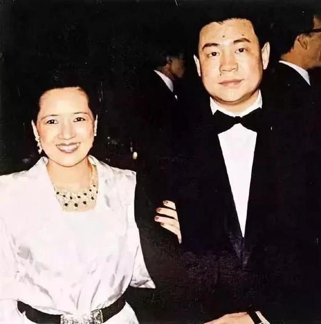 """Ly hôn người giàu có bậc nhất Hong Kong, nữ tỷ phú lên xe hoa với người nổi tiếng kém 6 tuổi và cái kết cuối đầy bi kịch khi phát hiện """"mặt tối"""" của chồng! - Ảnh 2."""