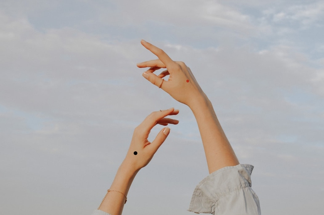 Theo Nhân tướng học, nốt ruồi trên mu bàn tay  tượng trưng cho điều gì? - Ảnh 1.