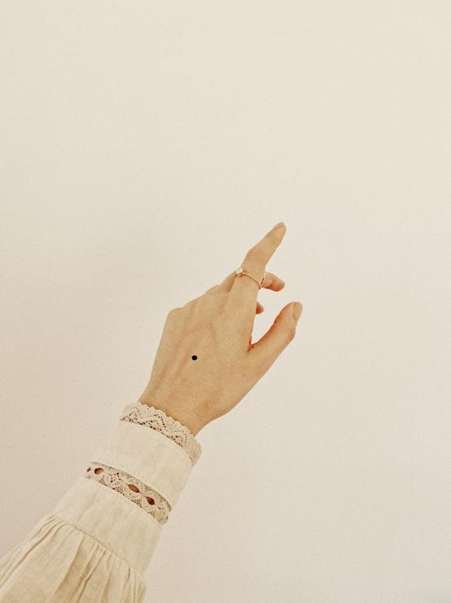 Theo Nhân tướng học, nốt ruồi trên mu bàn tay  tượng trưng cho điều gì? - Ảnh 3.