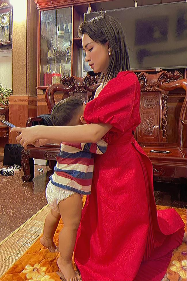 """Con trai Hòa Minzy chính thức lộ diện: Bảnh bao đúng chuẩn """"cậu ấm miền Tây"""", được cả gia đình chăm sóc, nuôi dạy chu đáo cực kỳ - Ảnh 4."""