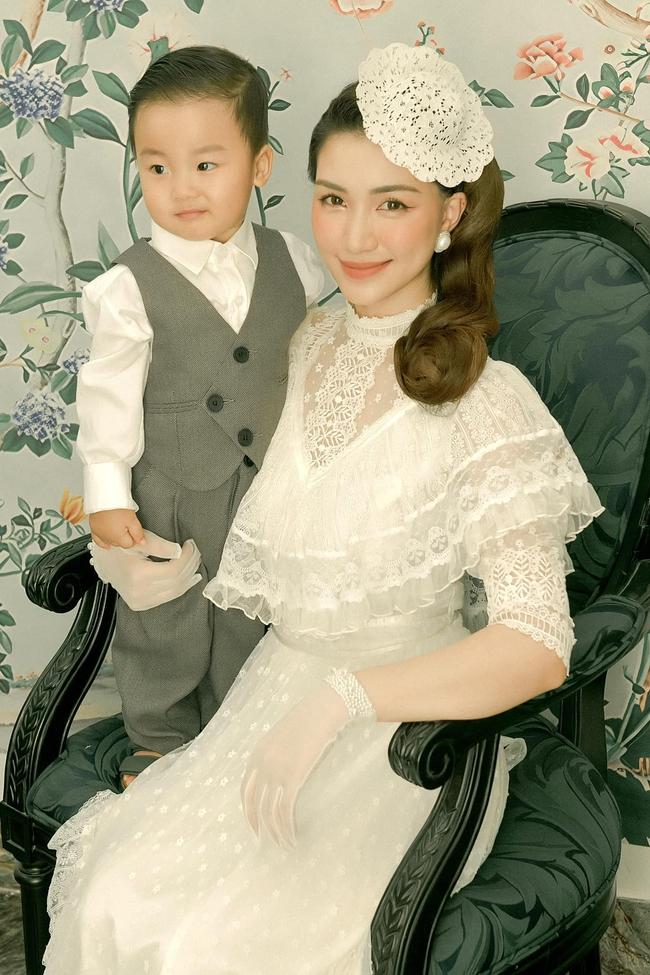 """Con trai Hòa Minzy chính thức lộ diện: Bảnh bao đúng chuẩn """"cậu ấm miền Tây"""", được cả gia đình chăm sóc, nuôi dạy chu đáo cực kỳ - Ảnh 1."""