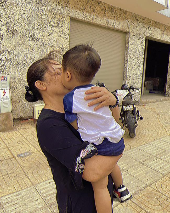 """Con trai Hòa Minzy chính thức lộ diện: Bảnh bao đúng chuẩn """"cậu ấm miền Tây"""", được cả gia đình chăm sóc, nuôi dạy chu đáo cực kỳ - Ảnh 6."""