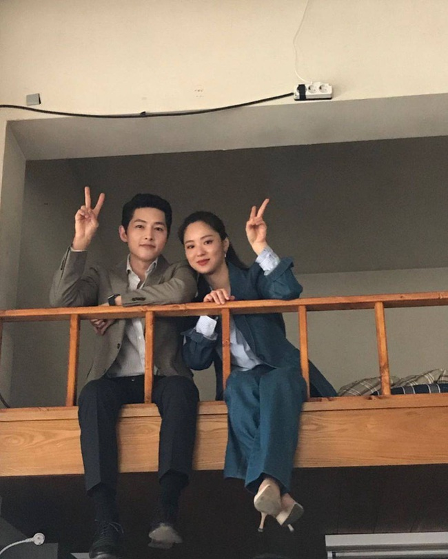 """Song Joong Ki gây sốc với cảnh giường chiếu cùng """"người yêu"""" ở hậu trường phim, thoải mái ôm nhau trước mặt nhiều người - Ảnh 5."""