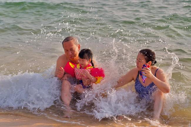 Hình ảnh vừa đáng yêu vừa hài hước của con gái Đặng Thu Thảo bên ông bà nội quyền lực - Ảnh 2.