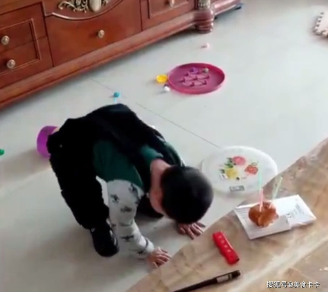 Đang cùng mẹ chơi trò thổi nến sinh nhật, con trai bất ngờ làm một hành động khiến cho mẹ sững sờ không thốt nên lời - Ảnh 4.