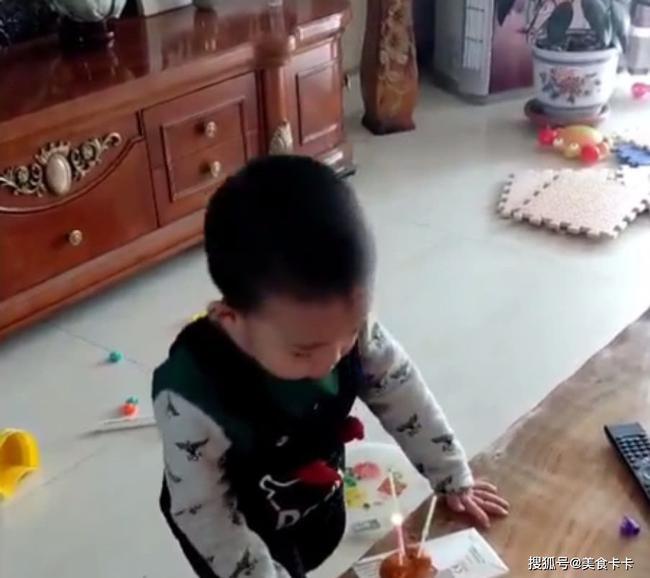 Đang cùng mẹ chơi trò thổi nến sinh nhật, con trai bất ngờ làm một hành động khiến cho mẹ sững sờ không thốt nên lời - Ảnh 1.
