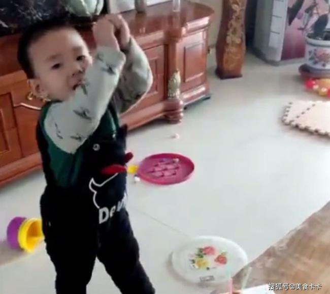 Đang cùng mẹ chơi trò thổi nến sinh nhật, con trai bất ngờ làm một hành động khiến cho mẹ sững sờ không thốt nên lời - Ảnh 3.