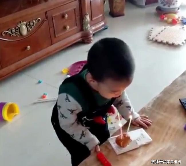Đang cùng mẹ chơi trò thổi nến sinh nhật, con trai bất ngờ làm một hành động khiến cho mẹ sững sờ không thốt nên lời - Ảnh 2.