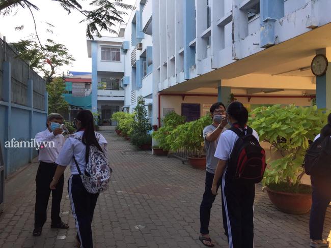 Học sinh TP. HCM ngày đầu quay trở lại trường sau nghỉ lễ: Được đo thân nhiệt, tuân thủ quy định đeo khẩu trang - Ảnh 11.