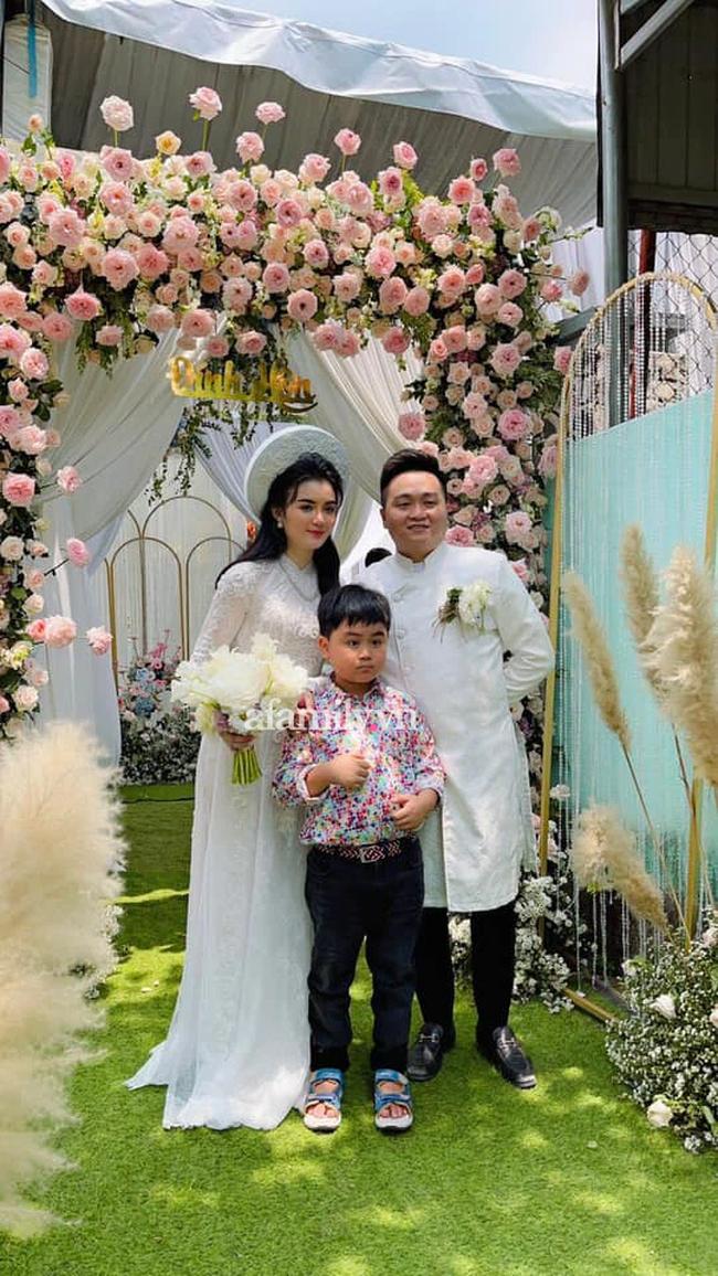 """HOT: Bà Nguyễn Phương Hằng đăng ảnh con trai và con dâu trong lễ đính hôn """"bí mật"""" được tổ chức sáng nay, chân dung nàng dâu """"hào môn"""" khiến người người ngưỡng mộ!  - Ảnh 1."""