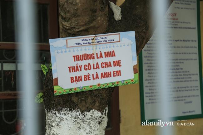 Thông tin mới nhất vụ thầy giáo tát, đạp học sinh trên bục giảng ở Bắc Giang: Trường quyết định chấm dứt hợp đồng với thầy - Ảnh 2.