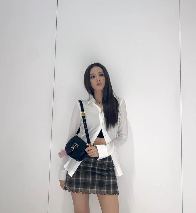 """Không phải chân váy dài, đây mới là kiểu chân váy Jisoo mặc suốt vì giúp """"ăn gian"""" cả chục phân chiều cao - Ảnh 3."""