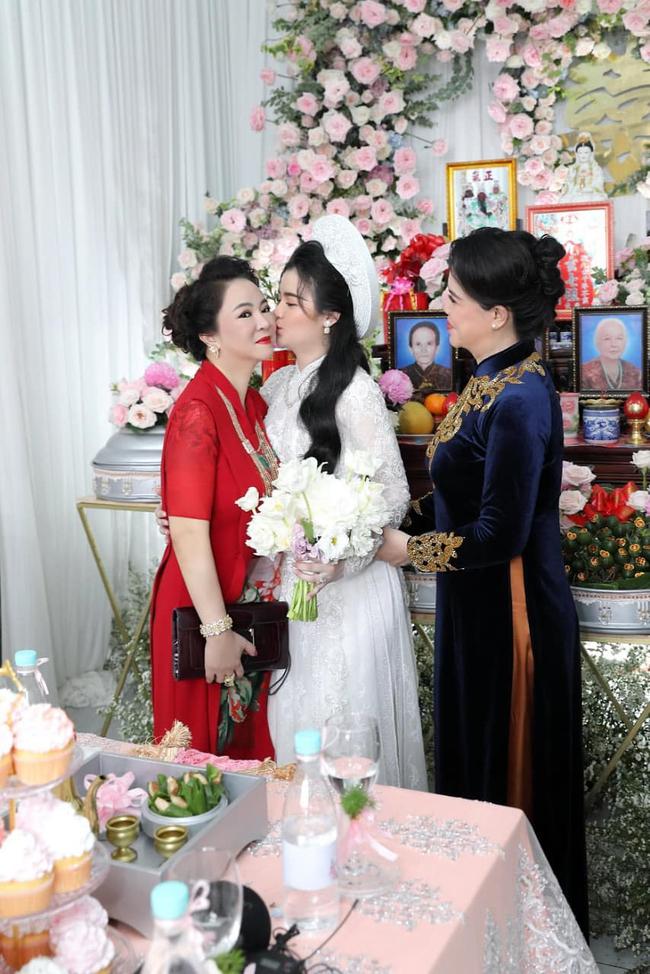 Con dâu bà Nguyễn Phương Hằng: Cựu sinh viên Hutech, nhan sắc thăng hạn giống mẹ chồng đến choáng!  - Ảnh 1.