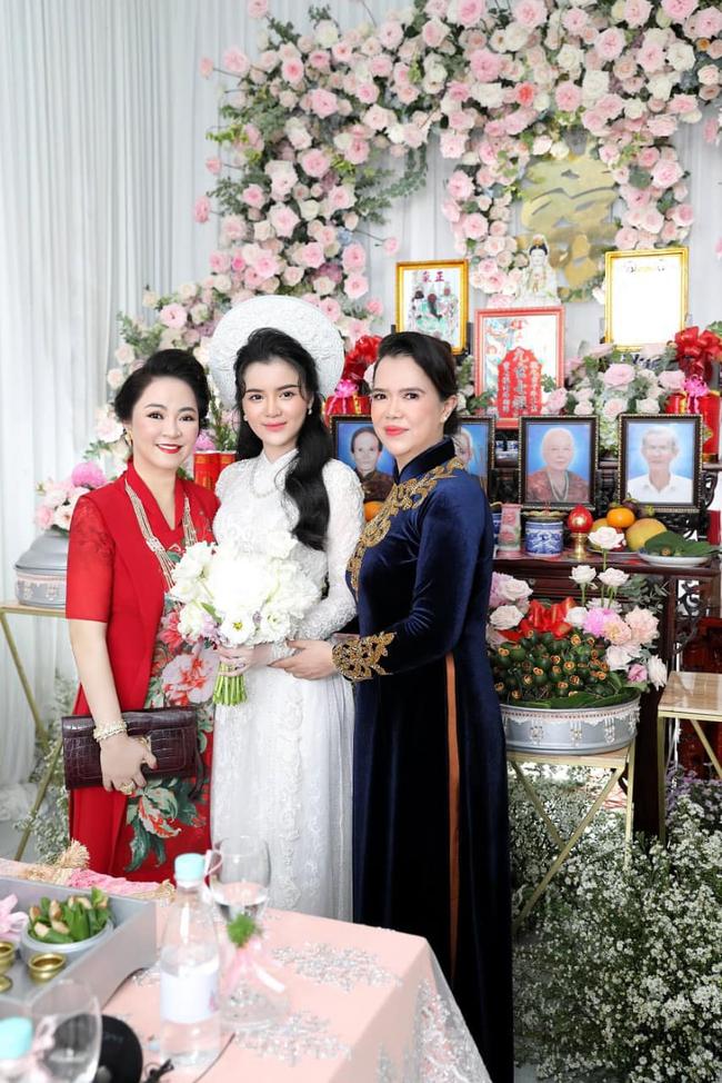 """Luôn tự nhận mình đẹp, doanh nhân Nguyễn Phương Hằng liệu có """"lép vế"""" khi đứng cạnh bà sui gia trong lễ đính hôn của con trai? - Ảnh 5."""