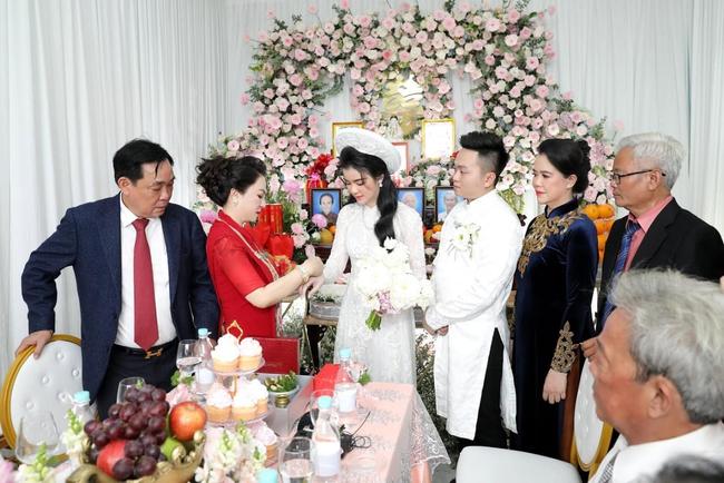 """Luôn tự nhận mình đẹp, doanh nhân Nguyễn Phương Hằng liệu có """"lép vế"""" khi đứng cạnh bà sui gia trong lễ đính hôn của con trai? - Ảnh 4."""