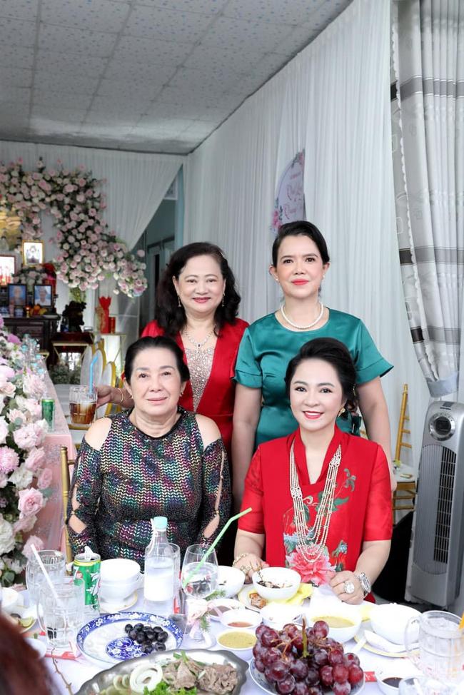 """Luôn tự nhận mình đẹp, doanh nhân Nguyễn Phương Hằng liệu có """"lép vế"""" khi đứng cạnh bà sui gia trong lễ đính hôn của con trai? - Ảnh 7."""