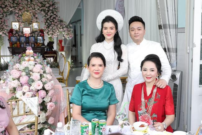 """Luôn tự nhận mình đẹp, doanh nhân Nguyễn Phương Hằng liệu có """"lép vế"""" khi đứng cạnh bà sui gia trong lễ đính hôn của con trai? - Ảnh 6."""