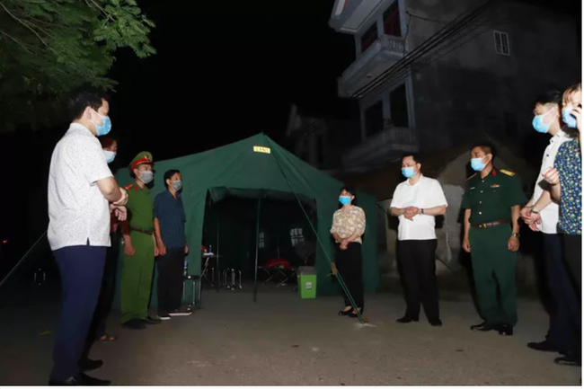 Đoàn công tác kiểm tra các chốt kiểm soát tại thôn Tiền Phong, xã Tân Phong huyện Bình Xuyên. Ảnh: TTXVN
