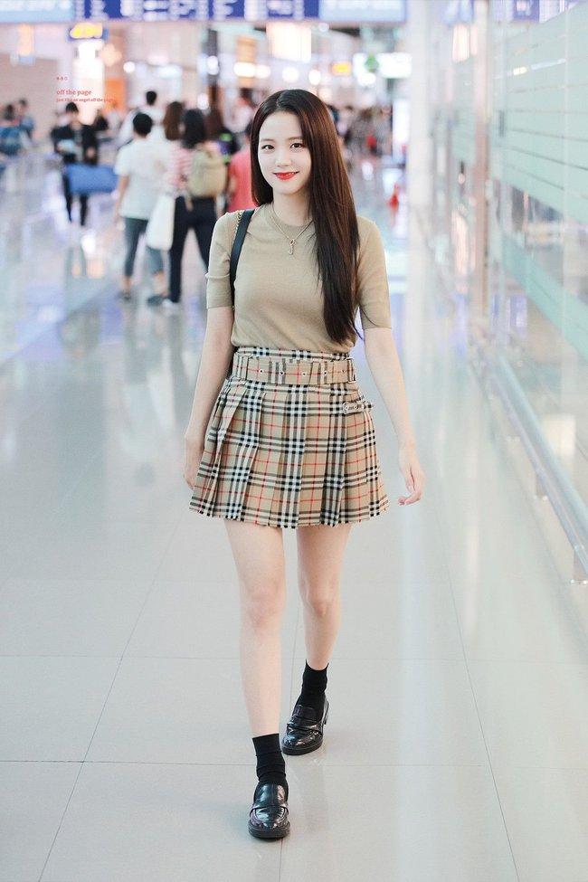 """Không phải chân váy dài, đây mới là kiểu chân váy Jisoo mặc suốt vì giúp """"ăn gian"""" cả chục phân chiều cao - Ảnh 5."""