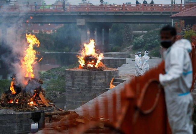 """Lò hỏa táng quá tải, quốc gia """"nốt gót"""" Ấn Độ phải lập giàn thiêu người chết vì Covid-19 ngoài trời, cảnh tượng thê lương biết bao giờ mới chấm dứt - Ảnh 6."""