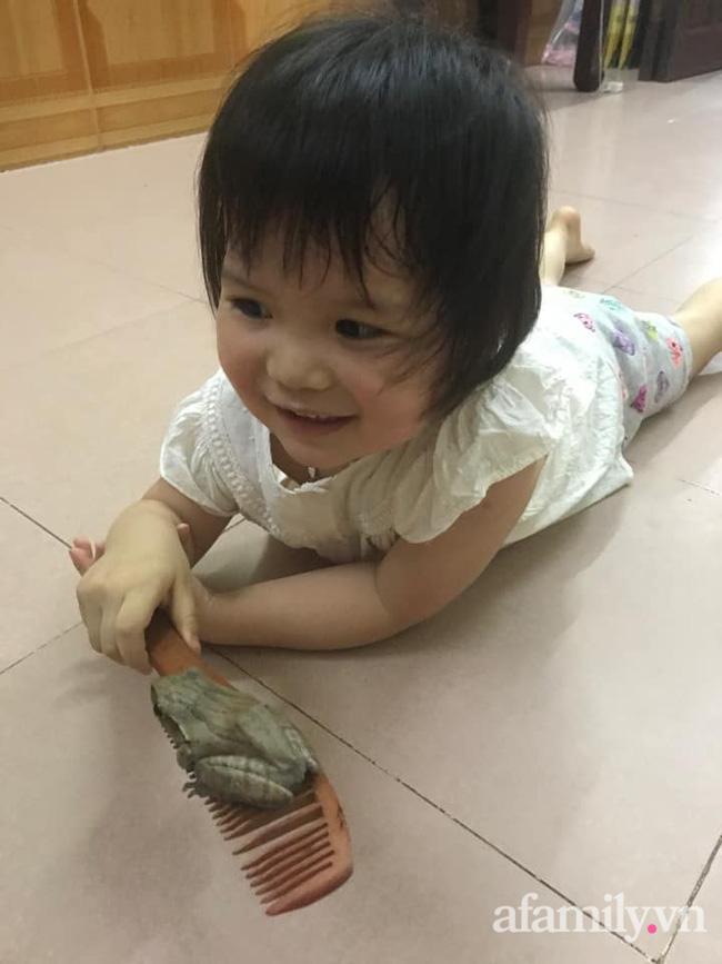"""Dân mạng """"ngất lịm"""" khi nhìn thấy thứ bé gái 3 tuổi đang cầm trên tay, ai nói """"đẻ con gái dịu dàng"""" phải xin rút vội - Ảnh 4."""