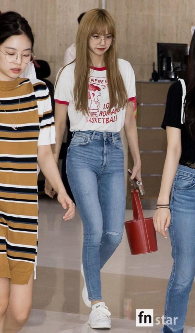 Học Lisa 13 cách diện quần jeans siêu cấp sành điệu, chị em sẽ không thể mặc xấu - Ảnh 2.
