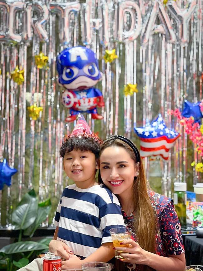 """Hoa hậu Diễm Hương được khen hết lời vì nuôi con cao lớn, điển trai, nhưng cô đã từng bị chồng nghĩ """"có vấn đề về thần kinh"""" vì chăm con kiểu lạ - Ảnh 5."""
