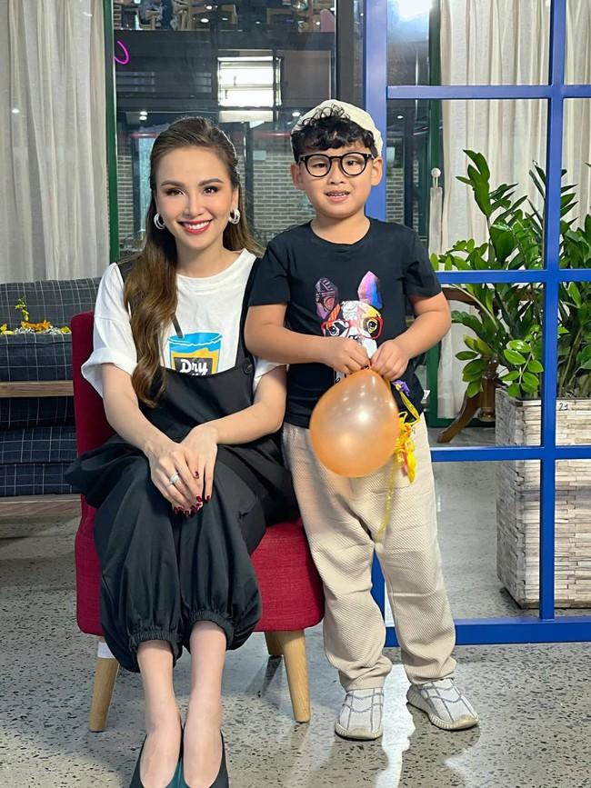 """Hoa hậu Diễm Hương được khen hết lời vì nuôi con cao lớn, điển trai, nhưng cô đã từng bị chồng nghĩ """"có vấn đề về thần kinh"""" vì chăm con kiểu lạ - Ảnh 1."""