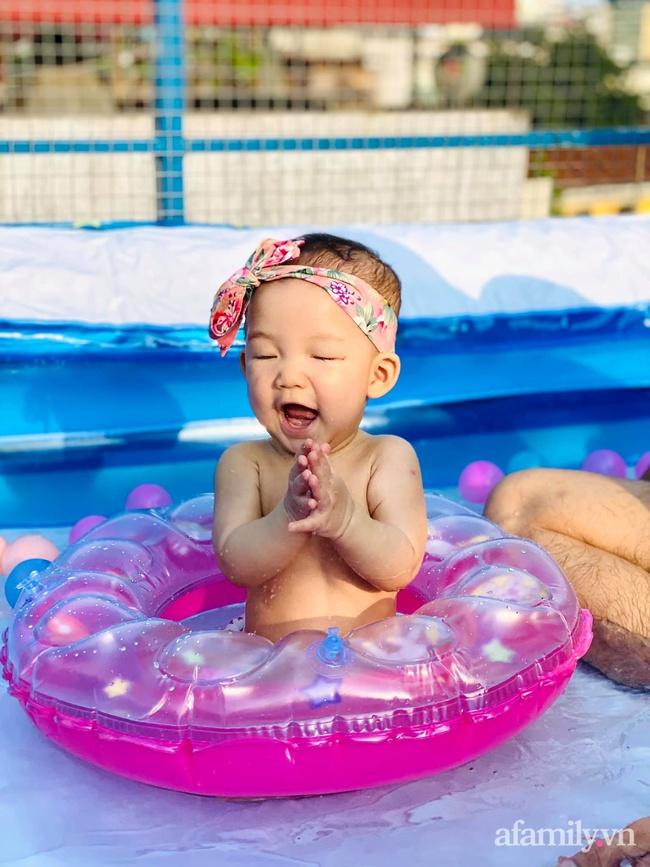 """Hạn chế ra ngoài vì dịch bệnh, ông bố trẻ """"hô biến"""" sân thượng thành bể bơi ngoài trời cho con, chụp ảnh lên nhìn chill không tưởng - Ảnh 5."""