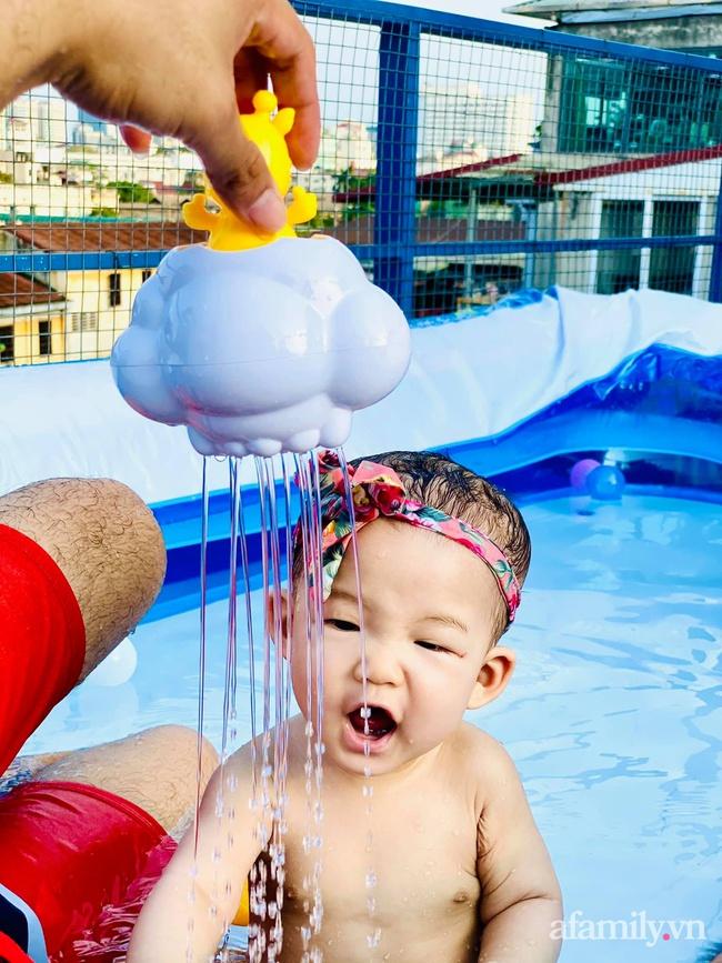 """Hạn chế ra ngoài vì dịch bệnh, ông bố trẻ """"hô biến"""" sân thượng thành bể bơi ngoài trời cho con, chụp ảnh lên nhìn chill không tưởng - Ảnh 6."""