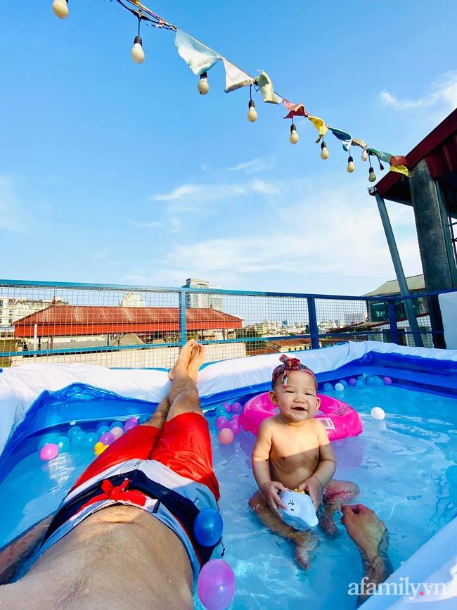 """Hạn chế ra ngoài vì dịch bệnh, ông bố trẻ """"hô biến"""" sân thượng thành bể bơi ngoài trời cho con, chụp ảnh lên nhìn chill không tưởng - Ảnh 11."""