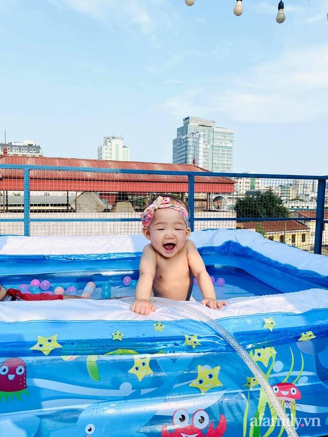 """Hạn chế ra ngoài vì dịch bệnh, ông bố trẻ """"hô biến"""" sân thượng thành bể bơi ngoài trời cho con, chụp ảnh lên nhìn chill không tưởng - Ảnh 3."""