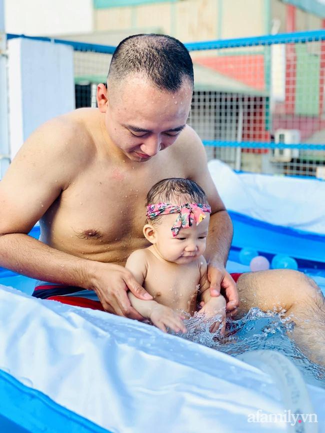 """Hạn chế ra ngoài vì dịch bệnh, ông bố trẻ """"hô biến"""" sân thượng thành bể bơi ngoài trời cho con, chụp ảnh lên nhìn chill không tưởng - Ảnh 9."""