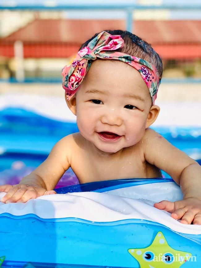 """Hạn chế ra ngoài vì dịch bệnh, ông bố trẻ """"hô biến"""" sân thượng thành bể bơi ngoài trời cho con, chụp ảnh lên nhìn chill không tưởng - Ảnh 4."""