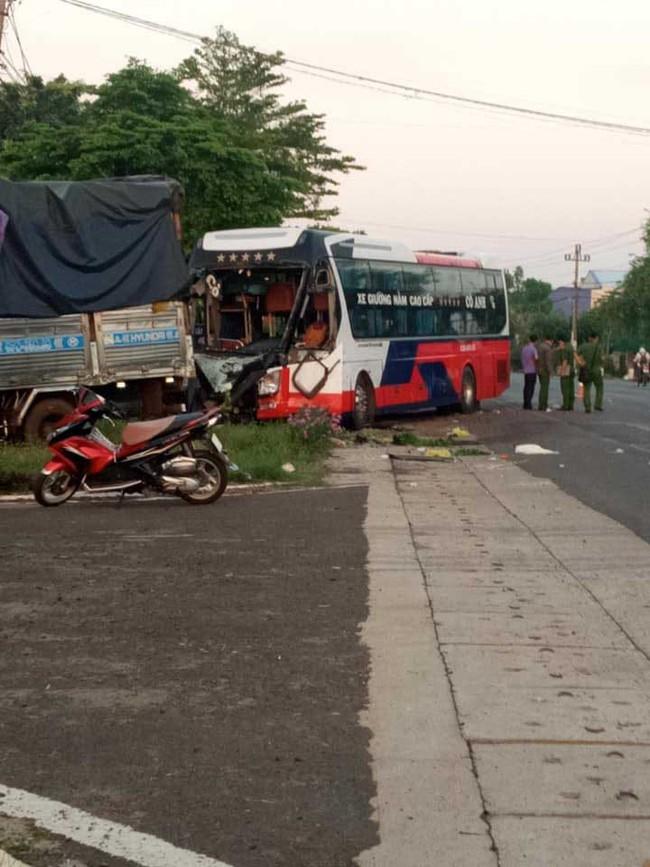 Hiện trường kinh hoàng vụ xe khách đấu đầu xe tải khiến vợ chết, chồng và con bị thương nặng - Ảnh 1.