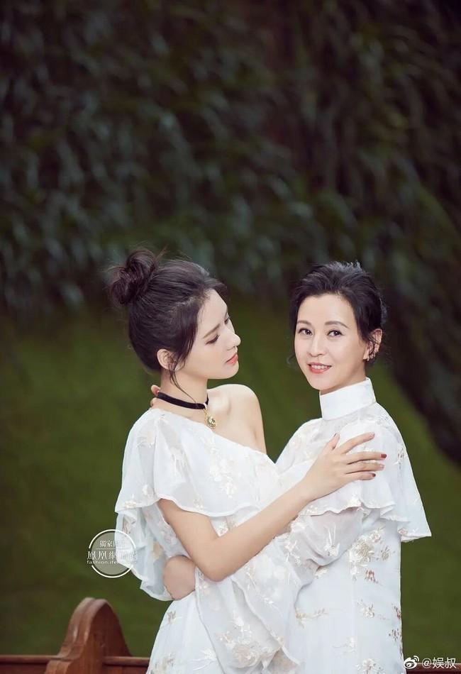 Nổi tiếng được nhiều người ngưỡng mộ nhờ nhan sắc đẹp ngất trời nhưng khi ở nhà, Lưu Diệc Phi hay Phạm Băng Băng lại hoàn toàn mờ nhạt khi đứng cạnh mẹ ruột - Ảnh 7.