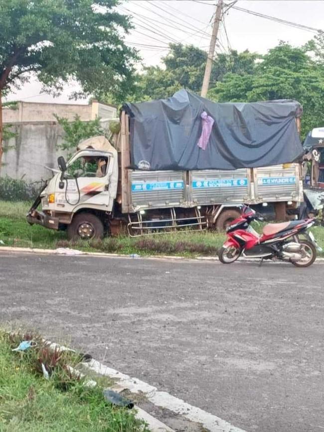 Hiện trường kinh hoàng vụ xe khách đấu đầu xe tải khiến vợ chết, chồng và con bị thương nặng - Ảnh 2.
