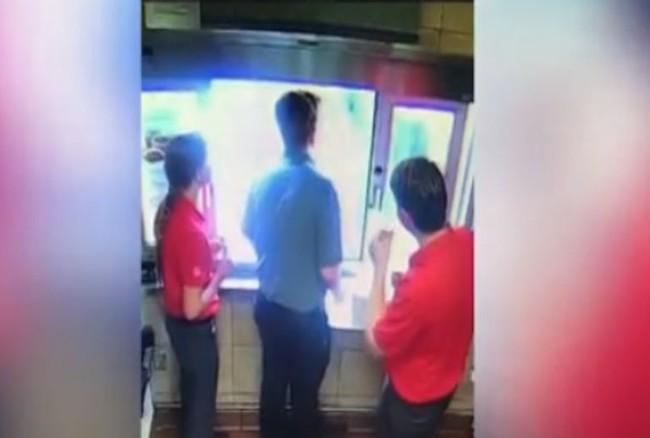 Thấy bé trai ngồi sau xe cư xử kỳ lạ, nhân viên cửa hàng fastfood cầm theo con dao phóng ra ngoài, nhờ đó mà cứu mạng đứa trẻ - Ảnh 3.