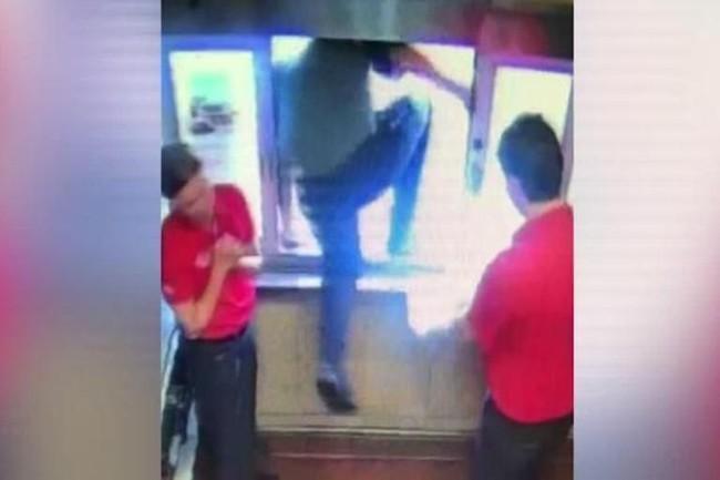 Thấy bé trai ngồi sau xe cư xử kỳ lạ, nhân viên cửa hàng fastfood cầm theo con dao phóng ra ngoài, nhờ đó mà cứu mạng đứa trẻ - Ảnh 4.