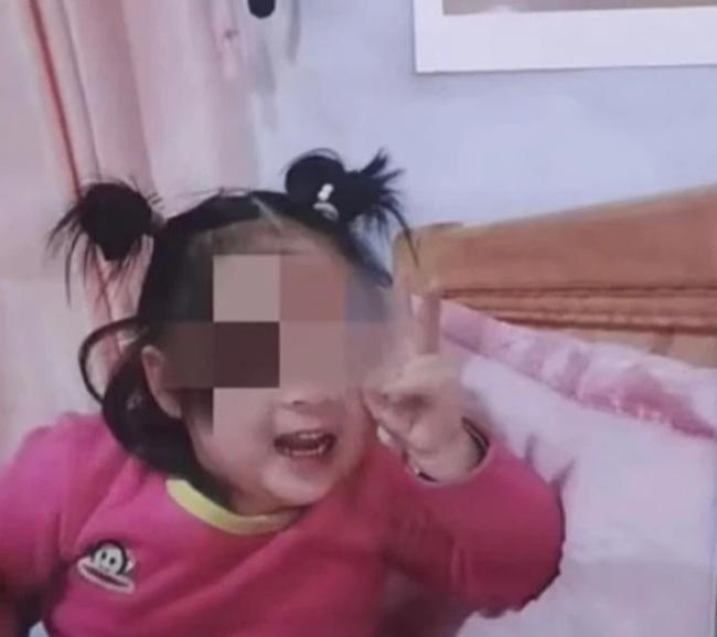 Bé gái 5 tuổi bị vỡ đầu tử vong trong lớp học, nhà trường từ chối cung cấp chứng cứ, gia đình nạn nhân đau đớn muốn tìm ra sự thật - Ảnh 1.