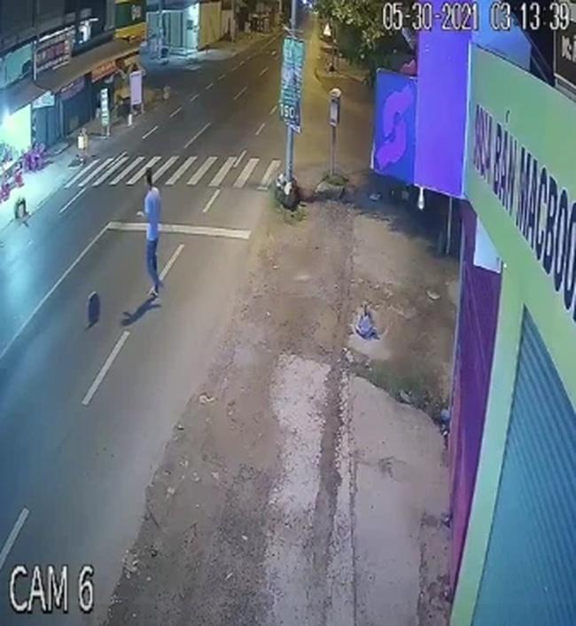 """Thanh niên """"vui chân"""" lăn cục bê tông ra giữa đường, điều khủng khiếp xảy ra sau đó chỉ ít phút ngắn ngủi - Ảnh 2."""