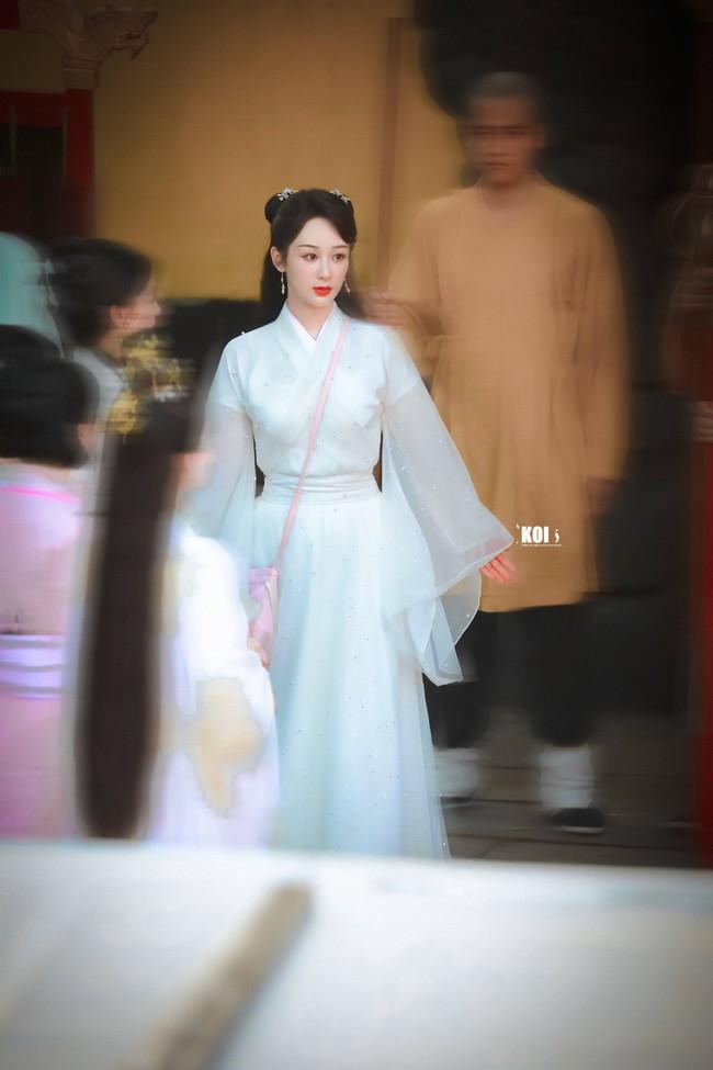 Dương Tử đi họp báo, mặc váy trắng gợi nhắc Cẩm Mịch ở Hương mật tựa khói sương, người bé xíu gây chú ý - Ảnh 11.