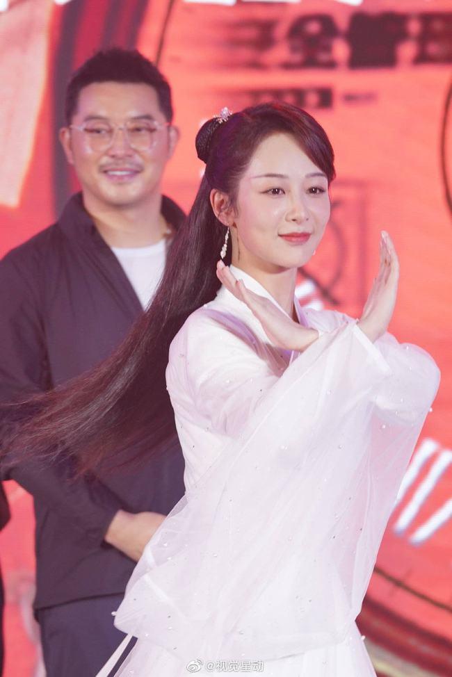 Dương Tử đi họp báo, mặc váy trắng gợi nhắc Cẩm Mịch ở Hương mật tựa khói sương, người bé xíu gây chú ý - Ảnh 6.