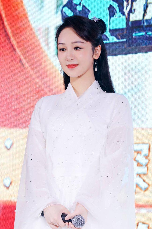 Dương Tử đi họp báo, mặc váy trắng gợi nhắc Cẩm Mịch ở Hương mật tựa khói sương, người bé xíu gây chú ý - Ảnh 5.