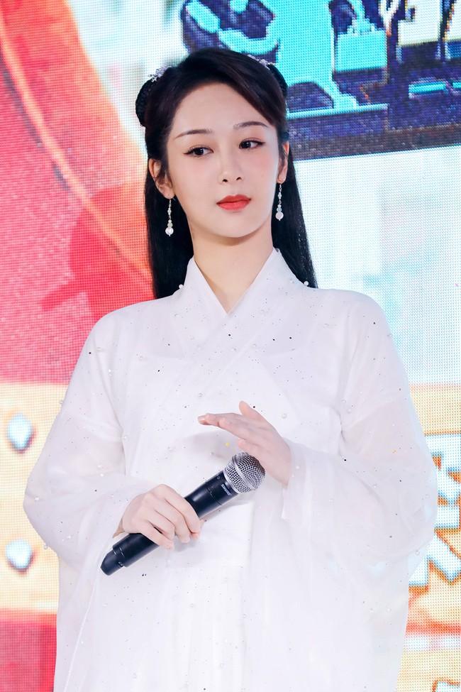 Dương Tử đi họp báo, mặc váy trắng gợi nhắc Cẩm Mịch ở Hương mật tựa khói sương, người bé xíu gây chú ý - Ảnh 3.